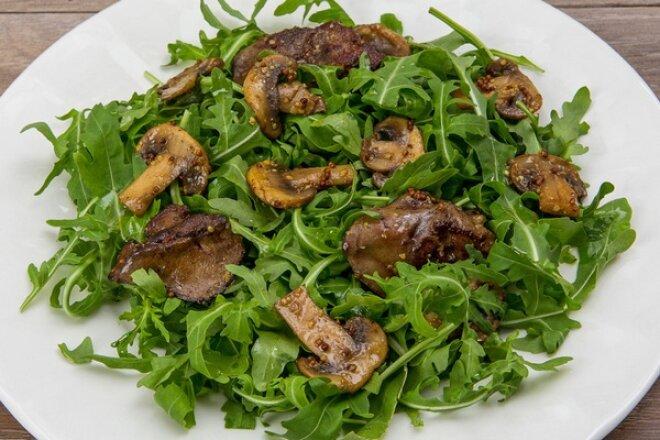 Теплый салат из рукколы и куриной печени