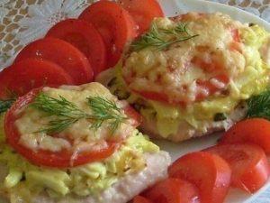 Мясо, запеченное с помидорами, кабачками и сыром