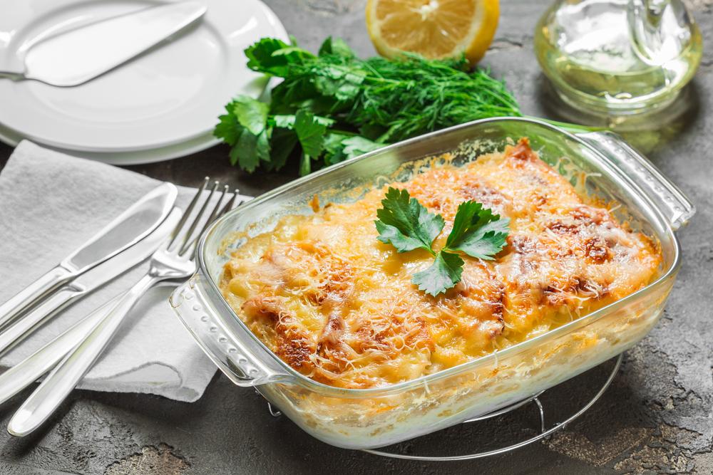 Запеканка с рыбой и томатами под сметанно-сырным соусом