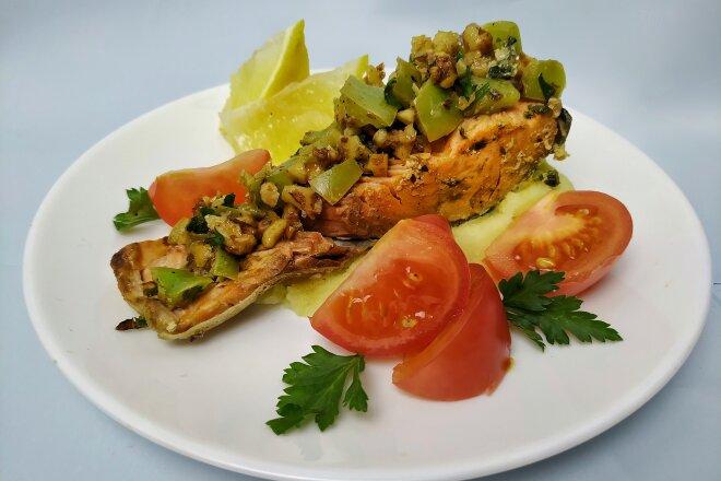 Семга запеченная с овощами и грецкими орехами в духовке