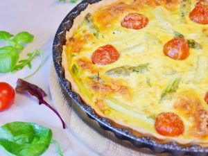 Пирог со спаржей, помидорами черри и козьим сыром