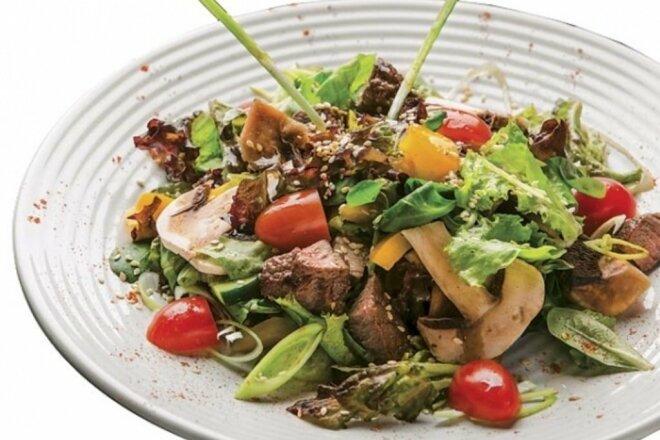 Теплый салат с говядиной, грибами и листьями салата