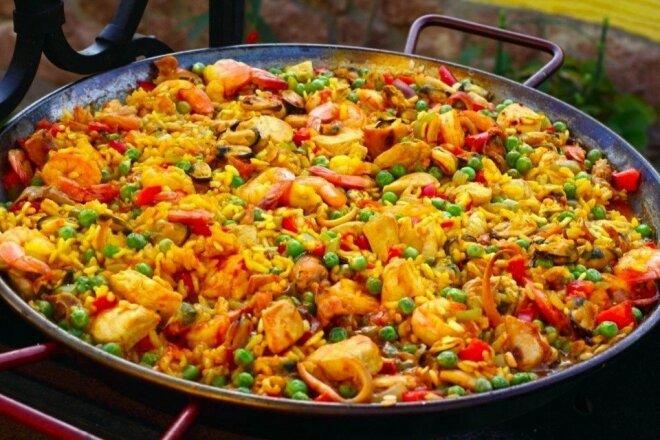 Паэлья с куриным филе, морепродуктами и овощами