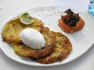 Картофельные драники с лососем и яйцом пашот