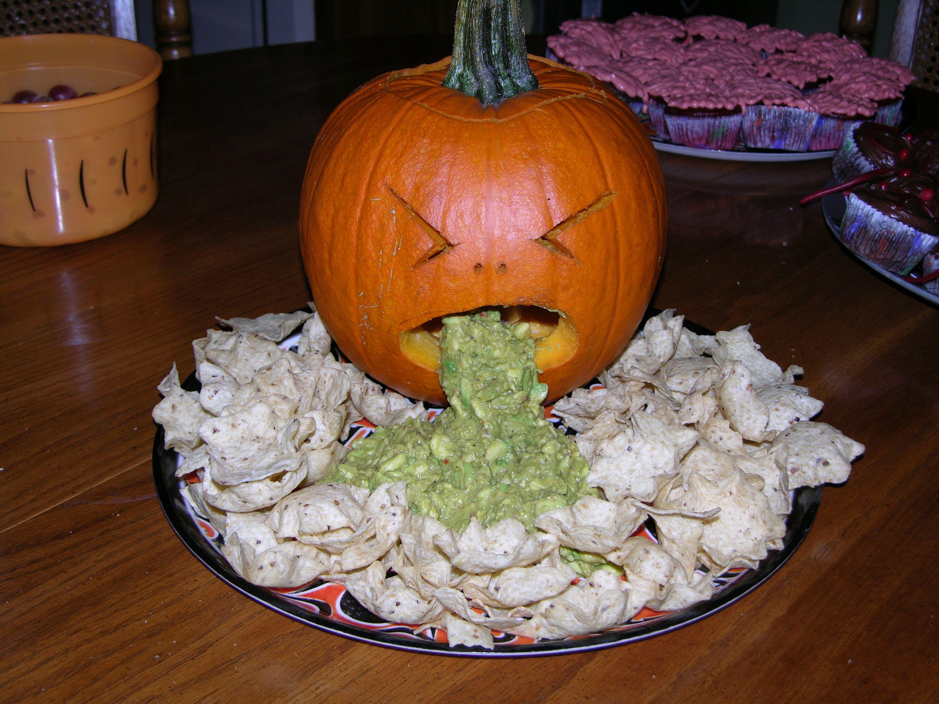 Гуакамоле в тыкве на Хэллоуин