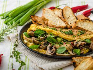 Омлет со шпинатом, кабачком и сыром