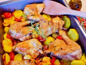 Запеченные куриные бедрышки с картофелем, помидорами черри и чесноком