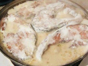 Горбуша в сметане на сковороде