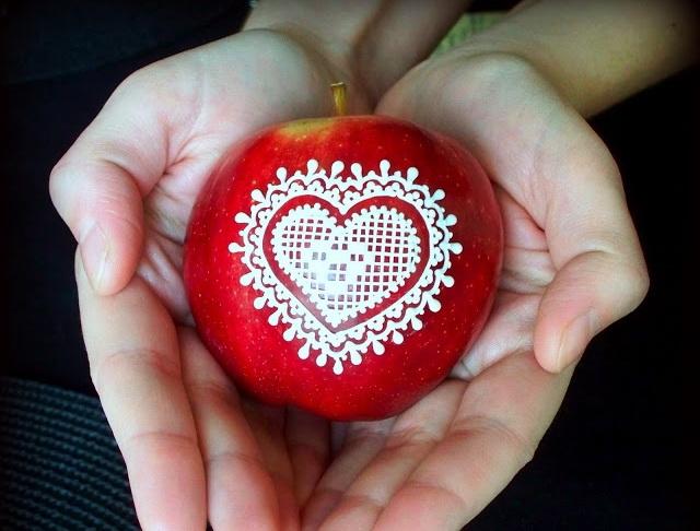 Яблоки с рисунками из глазури