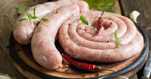 Домашние сардельки из свинины с горчицей и чесноком