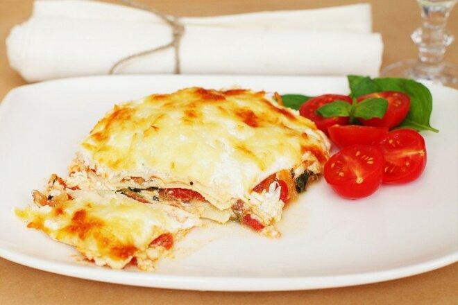 Сырная лазанья со шпинатом и помидорами
