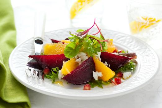 Салат с сыром, руколой, томатами и луком