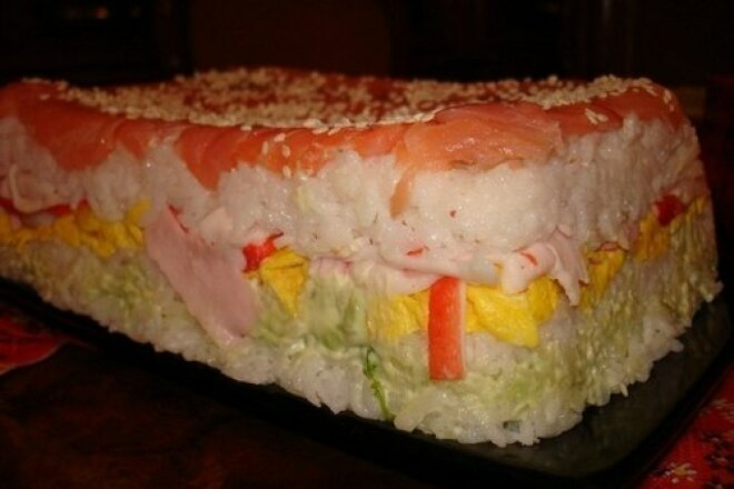 Суши-торт с креветками и авокадо