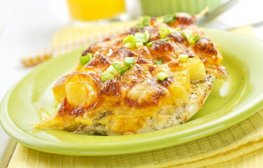 Ананас, запеченный в духовке с курицей и сыром