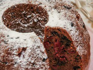 Шоколадно-творожный кекс с вишней