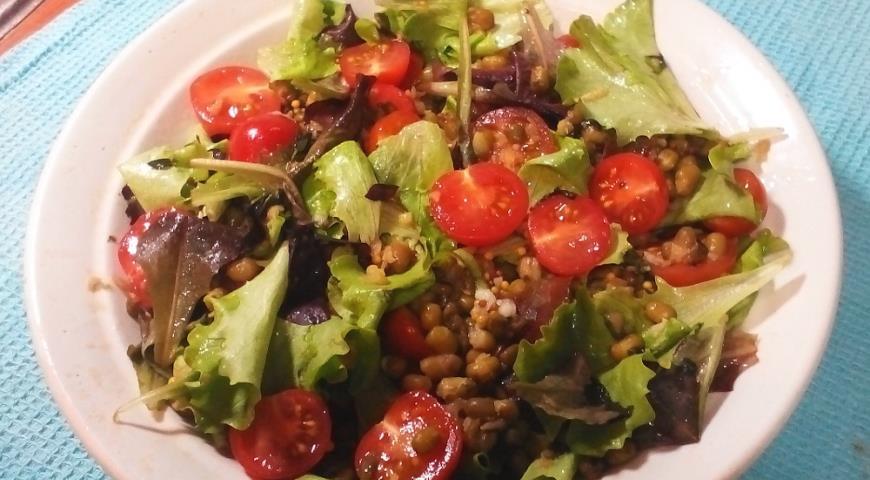 Салат с машем, черри и тимьяном
