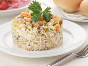 Салат из гребешка, грибов и вяленных помидоров, с пеной из бекона на корже из песочного теста