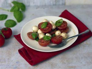 Простой салат из помидоров черри с моцареллой