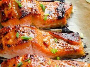 Стейк красной рыбы в фольге с помидорами