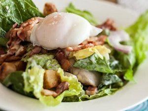 «Цезарь» с курицей — вкусный, сытный и простой салат