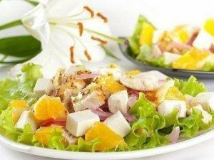 Салат с апельсинами, курицей и сыром фета