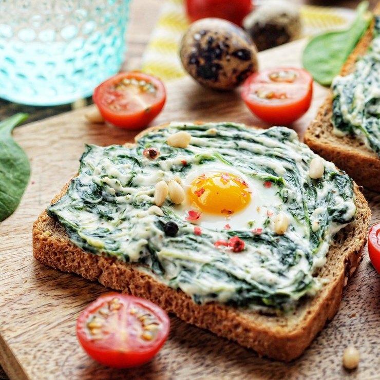 Сэндвич с шпинатом, творожным сыром и перепелиным яйцом