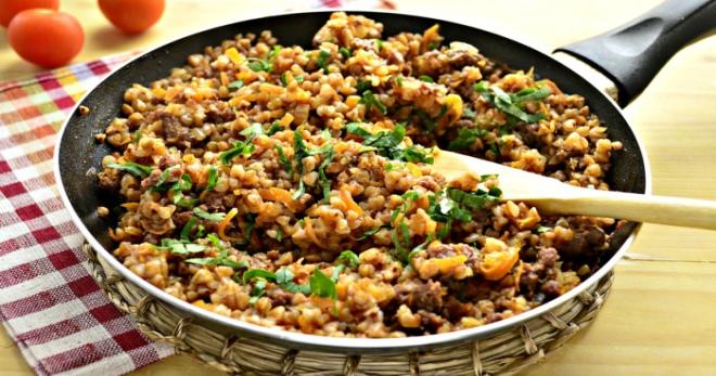 Гречка с фаршем на сковороде — быстро, просто и очень вкусно!
