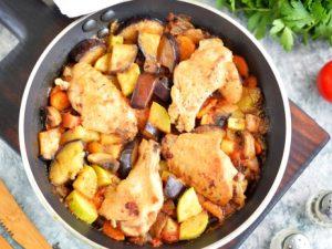Курица с овощами на сковороде — очень вкусное блюдо для всей семьи!