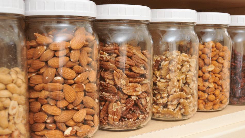 Как хранить орехи и сухофрукты в домашних условиях?
