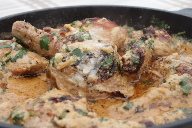 Цыпленок Чкмерули в чесночно-сливочном соусе