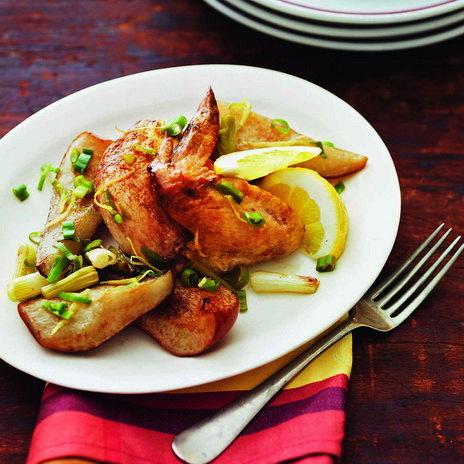 Жареная курица с грушами и зеленым луком
