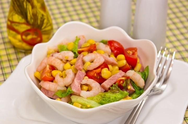 Салат с креветками, кукурузой и помидорами