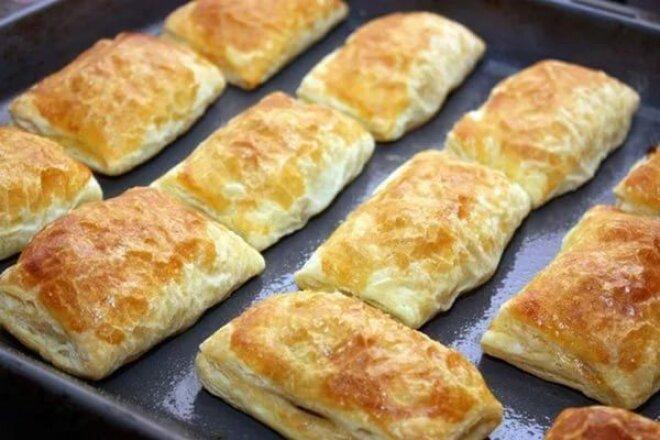 Слоеные пирожки с мясом и изюмом