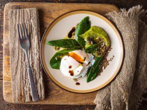 Салат с грибами и яйцом-пашот