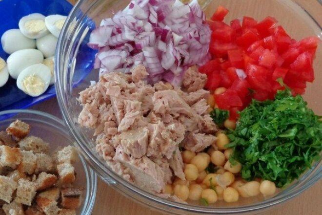 Диетический салат из помидоров с тунцом