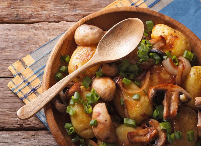 Молодая картошка в духовке с грибами