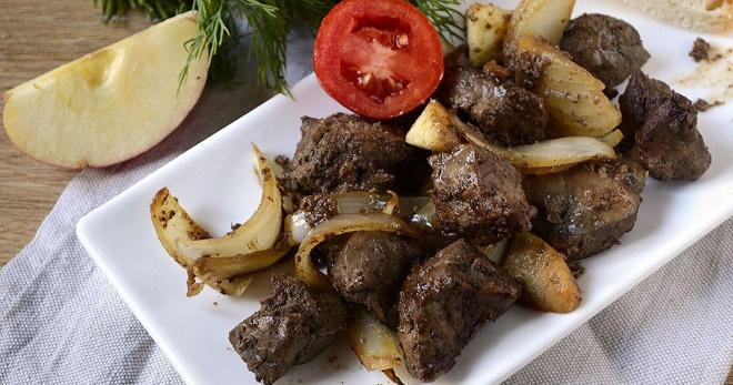 Жареная говяжья печень с луком на сковороде — сытное и очень вкусное блюдо!
