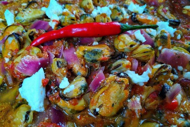 Мидии в томатном соусе с белым вином и сыром фета