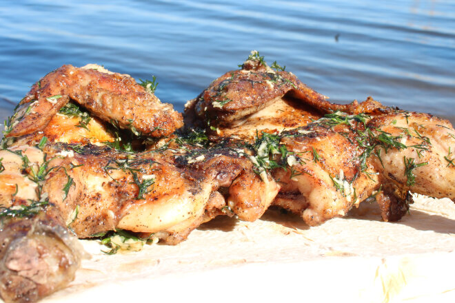 Цыпленок в чесночно-масляном маринаде на углях