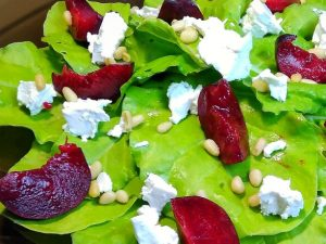 Салат со сливами, брынзой и кедровыми орешками