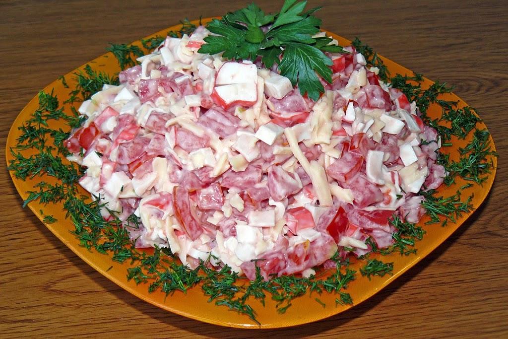 Салат «Красное море» с крабовыми палочками и помидорами