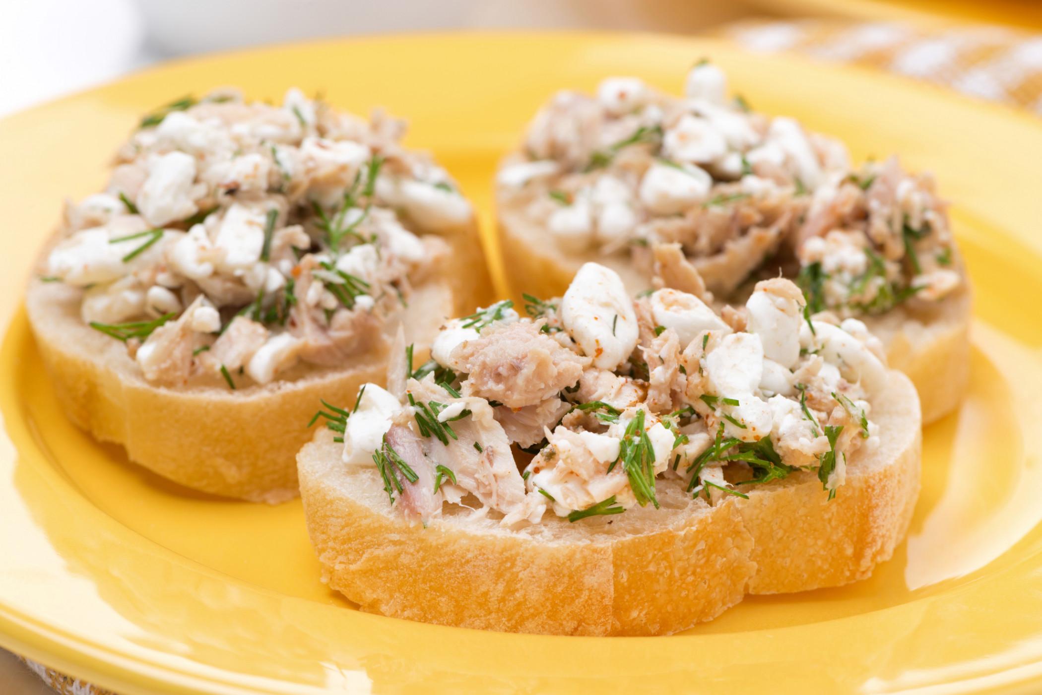 Салат из тунца с яйцом на тостах