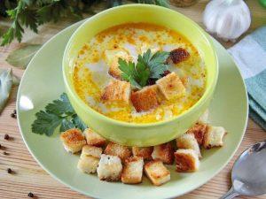 Сырный суп с рисом готов.