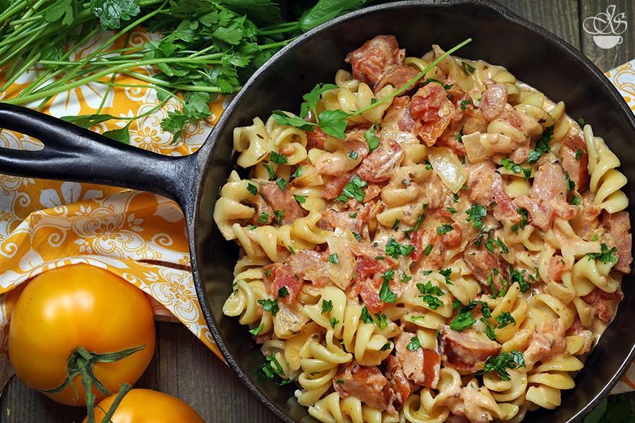 Макароны с копчёными колбасками в томатно-сливочном соусе