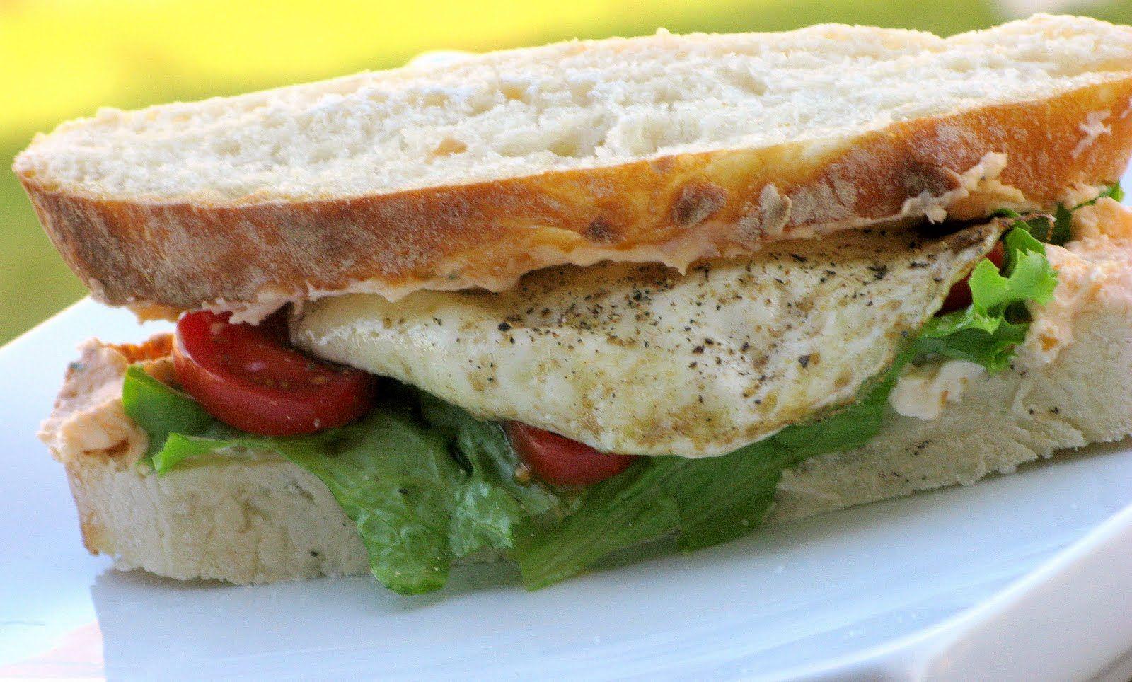 Бутерброд с овощами и омлетом