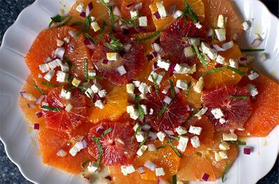 Цитрусовый салат с мятой, ялтинским луком и сыром фета
