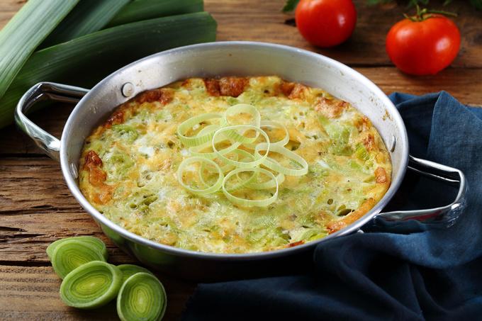 Омлет с луком-пореем, шпинатом и сыром